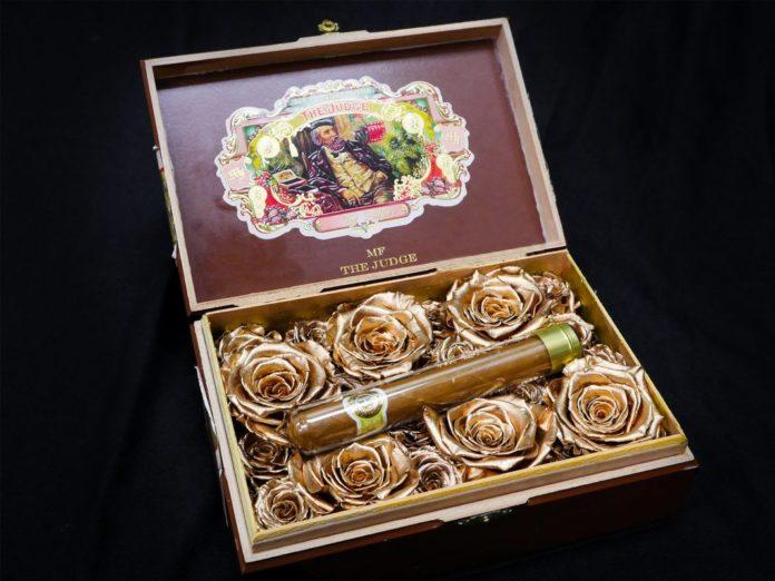 Zakonserwowane róże w pudełku na cygaro