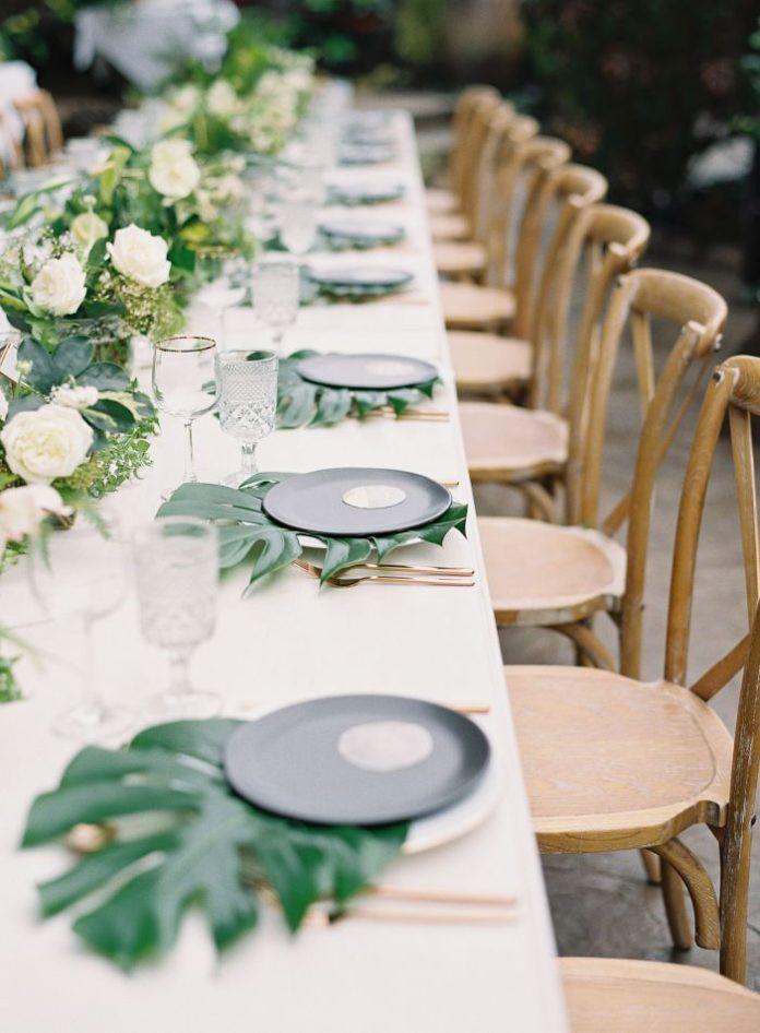 Liście monstery jako dekoracja weselna